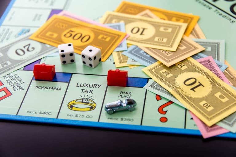 Monopoly, il gioco da tavolo più conosciuto del mondo, diventa un film. Una nuova sfida a colpi di dadi...
